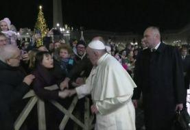 El papa Francisco pide perdón por manotazo a una mujer