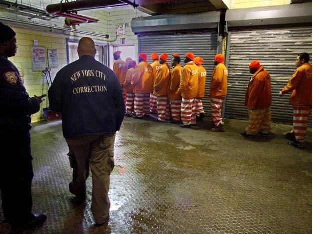 Policías correccionales NY acusados junto a civiles de contrabando cárcel