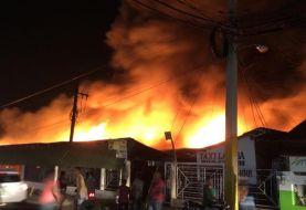 Incendio destruye negocios mercado provisional La Vega
