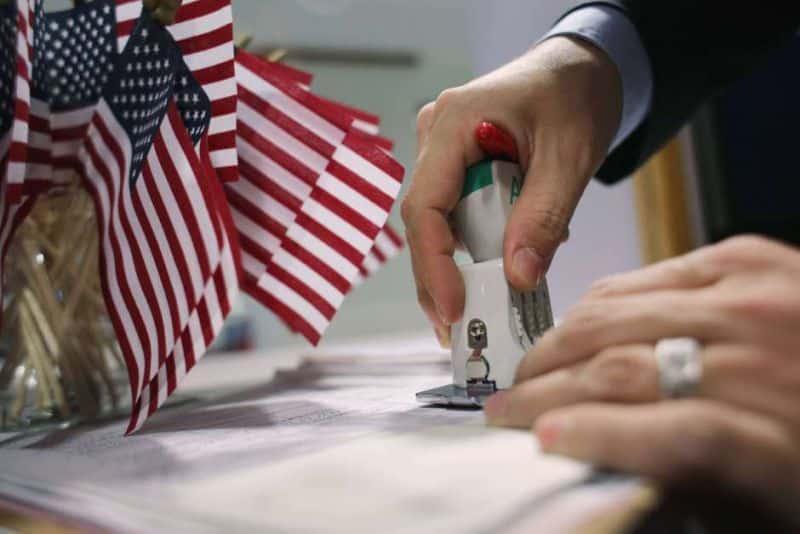 """Cuándo entra en vigor la regla """"carga pública"""" en EE.UU"""