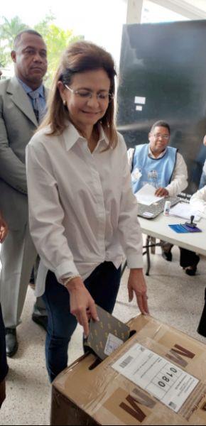 Raquel Peña, vota y llama población a votar