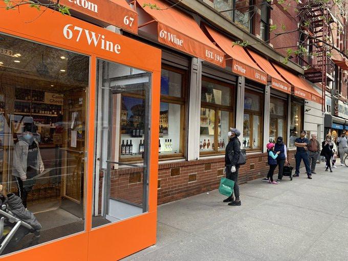 Licorerías permanecen abiertas y haciendo delivery en NYC