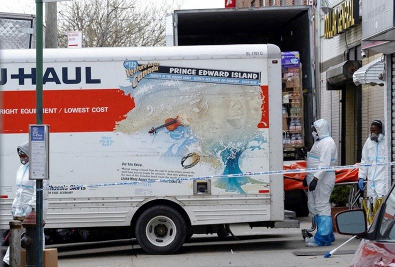 Encuentran cadáveres descompuestos frente funeraria en Brooklyn