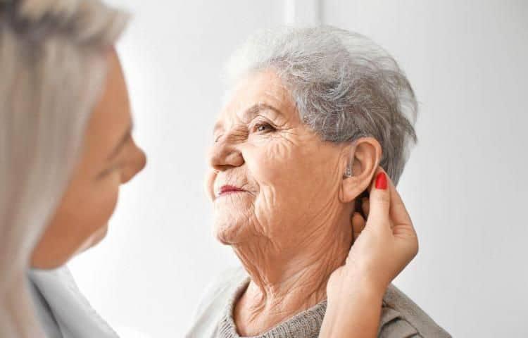 La pérdida auditiva, patología común en personas mayores