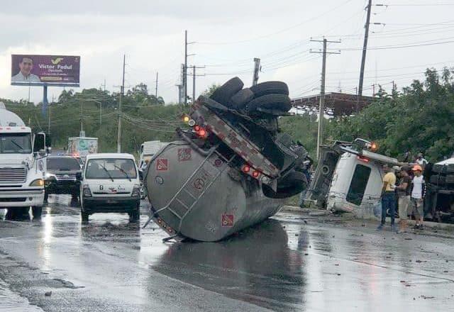 Camión tanquero se vuelca en la autopista Duarte