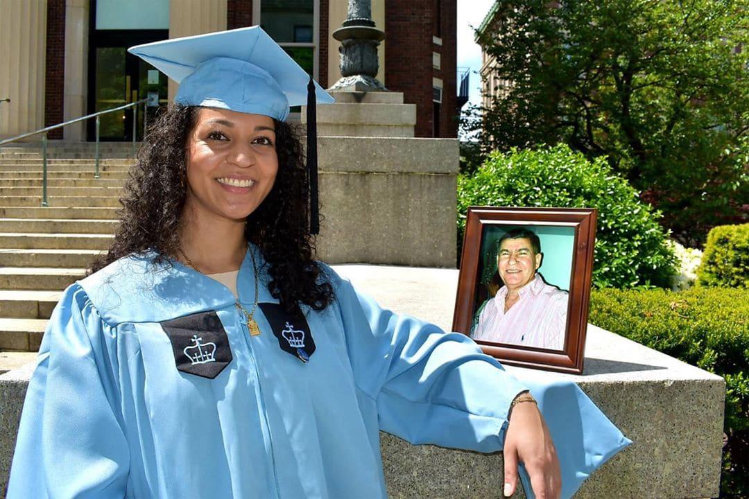 Dominicana dedica diploma a su padre muerto de covid-19