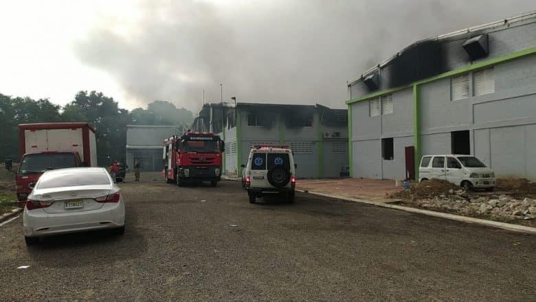 Incendio afecta fabrica de pañales desechables