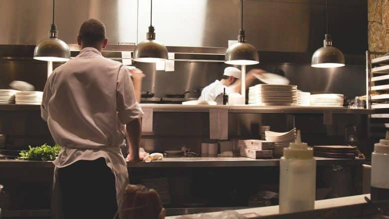 Propietarios restaurantes de Santiago piden ayuda al gobierno