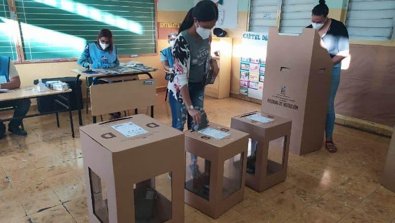 Inician elecciones en Santiago