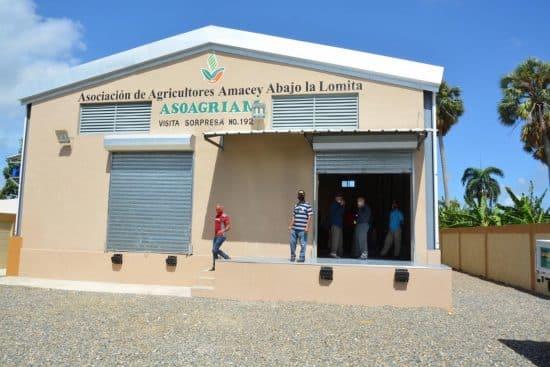 Productores de aguacate y artesanos de cigarros de Santiago reciben centros de acopio