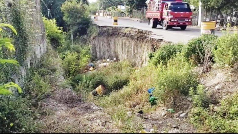 Derrumbe afectan carretera en Santiago