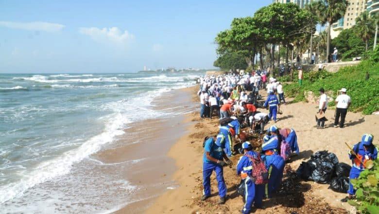 Realizan jornada de limpieza playa de Güibia