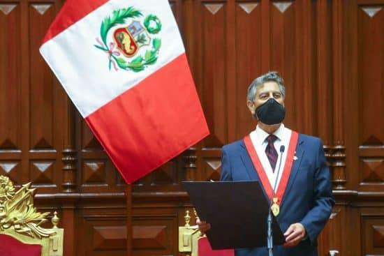 Francisco Sagasti asume la presidencia de Perú