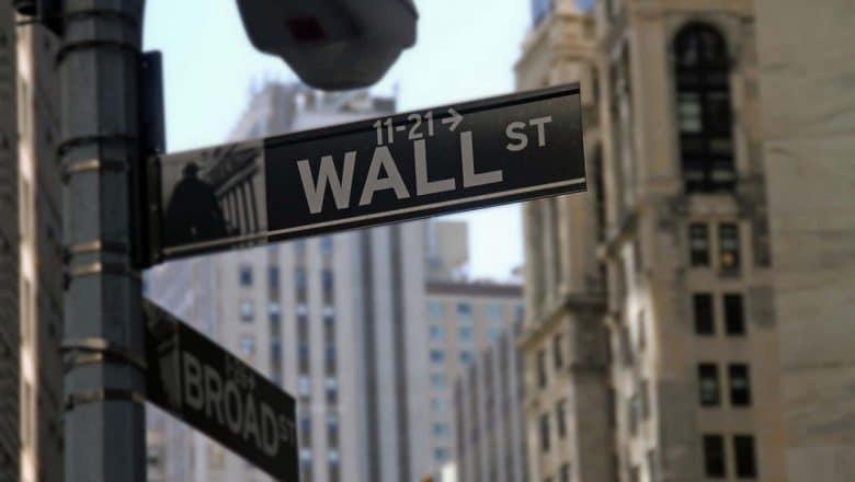 Dow Jones sube más de 500 puntos en medio jornada electoral EEUU