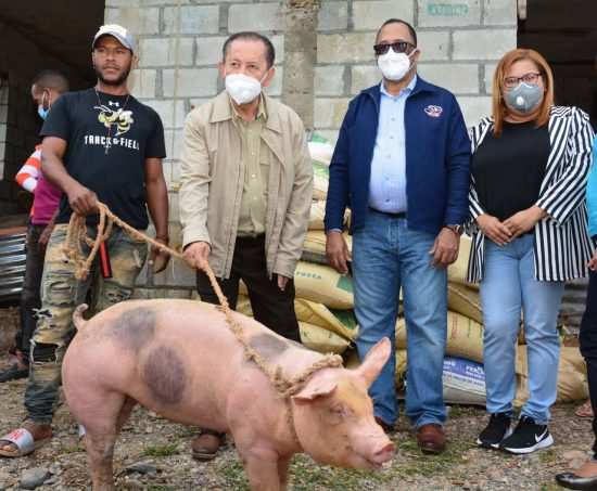 FEDA entrega cerdos a campesinos en Azua