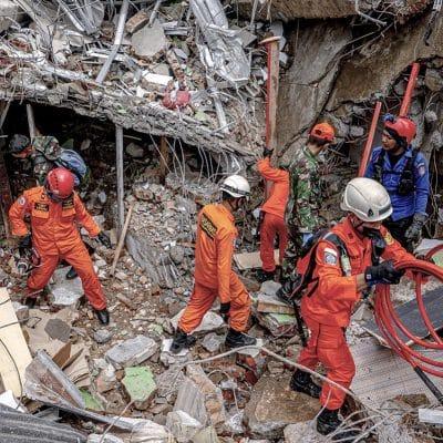Fallecidos tras terremoto en Indonesia se eleva a 56