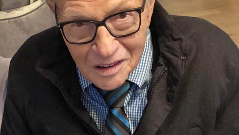 Larry King hospitalizado por COVID-19