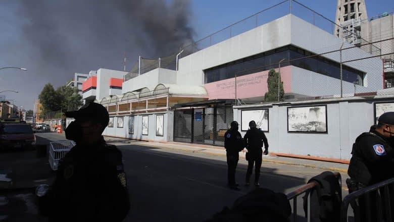 Incendio paraliza 6 líneas del Metro de México