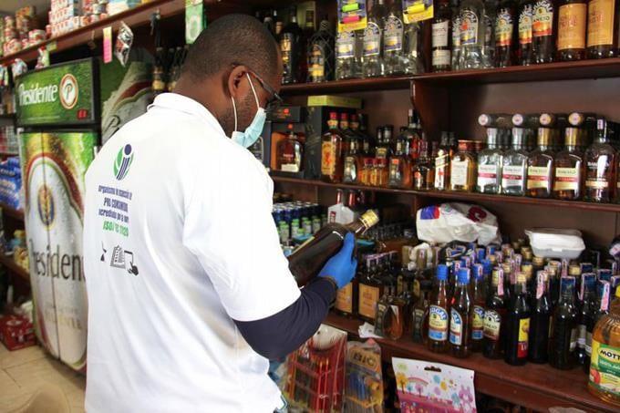 """Eddy Alcántara, anunció este lunes que aplicarán """"sanciones drásticas"""" a los propietarios de negocios que se compruebe estén vendiendo bebidas alcohólicas adulteradas"""