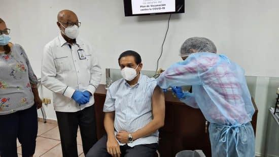 Doctor Daniel Rivera se vacuna contra el Covid-19