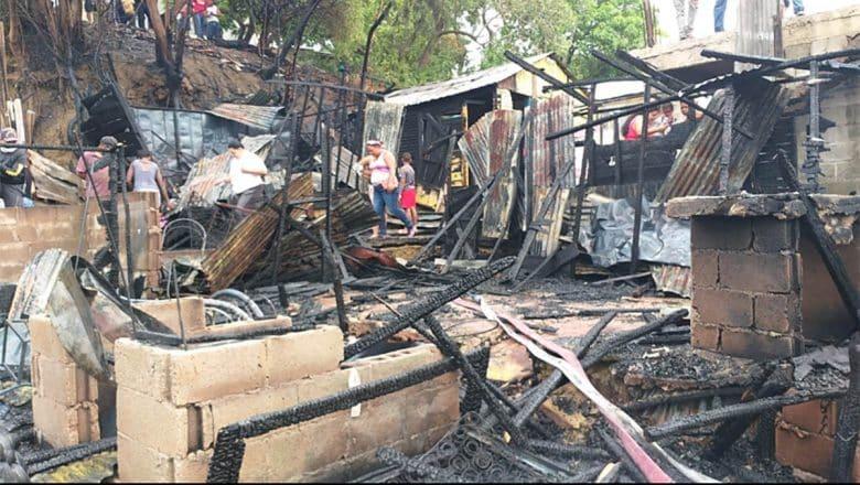 Incendio destruye viviendas en Santiago Oeste