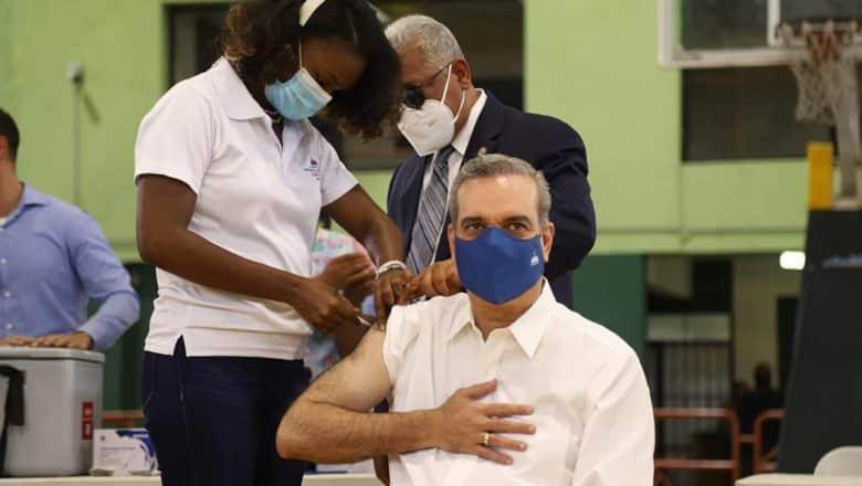 Presidente Abinader recibe tercera dosis vacuna covid-19