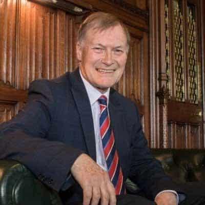 Apuñalan a parlamentario británico durante reunión